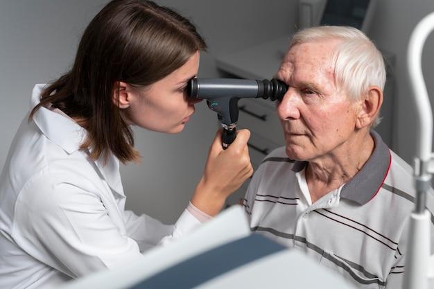 Homem fazendo exame de vista