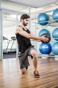 Homem, fazendo, exercício, com, medicina, bola, em, a, estúdio