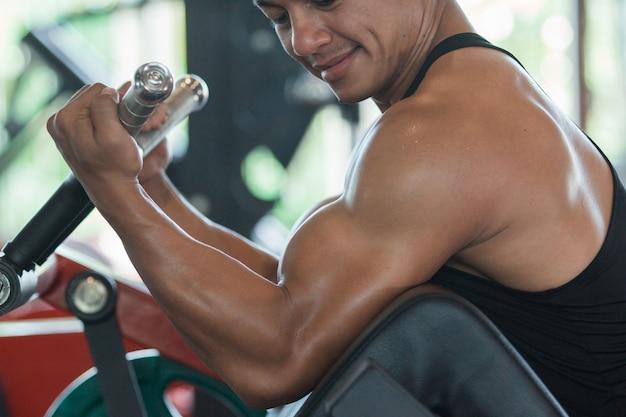 Homem fazendo exercício de peso pesado para bíceps