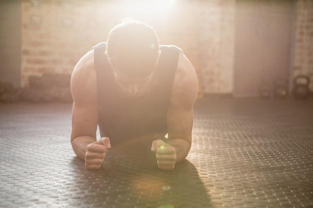 Homem fazendo exercício de prancha