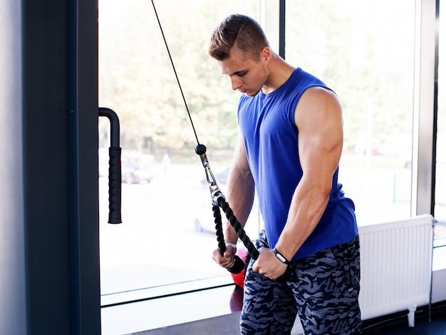 Homem fazendo exercício para tríceps