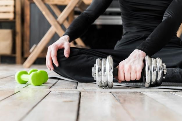 Homem, fazendo, exercícios, com, dumbbells