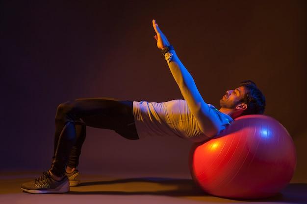 Homem, fazendo, exercícios, ligado, fitball