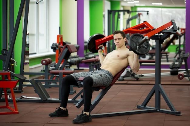 Homem fazendo exercícios no peito na máquina de supino vertical