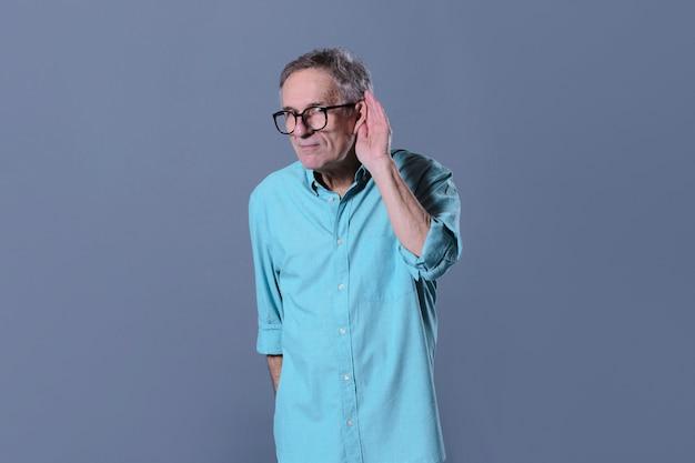 Homem fazendo gesto de escuta
