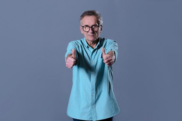 Homem fazendo gesto de polegar para cima