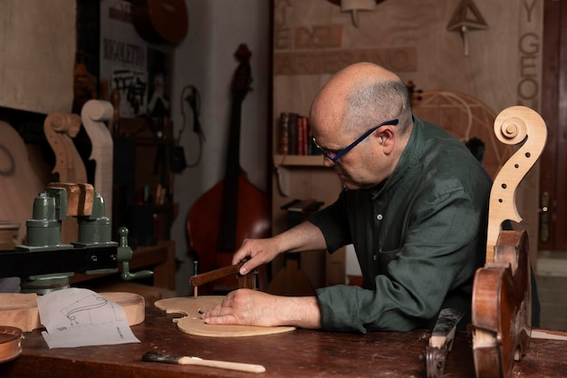 Homem fazendo instrumentos em sua oficina sozinho