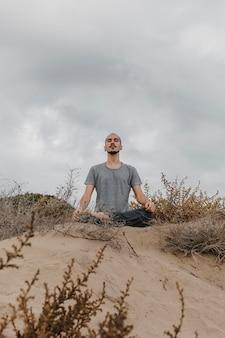 Homem fazendo ioga ao ar livre