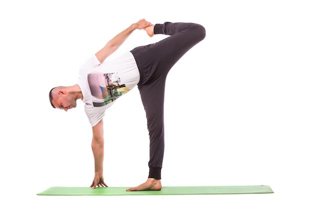 Homem fazendo ioga isolado sobre fundo branco