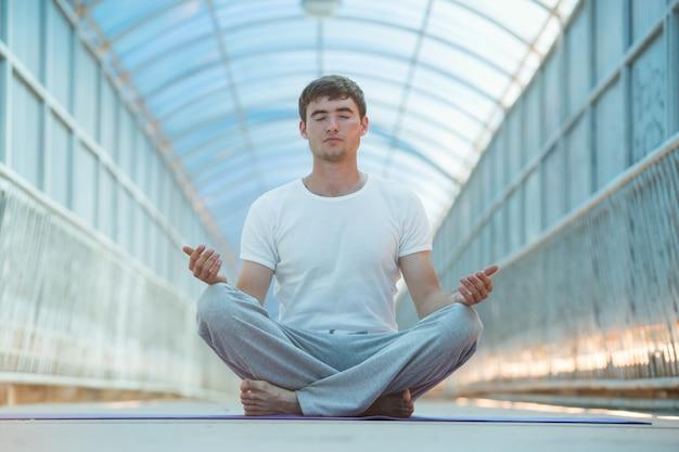 Homem fazendo ioga