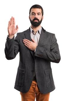 Homem fazendo juramento
