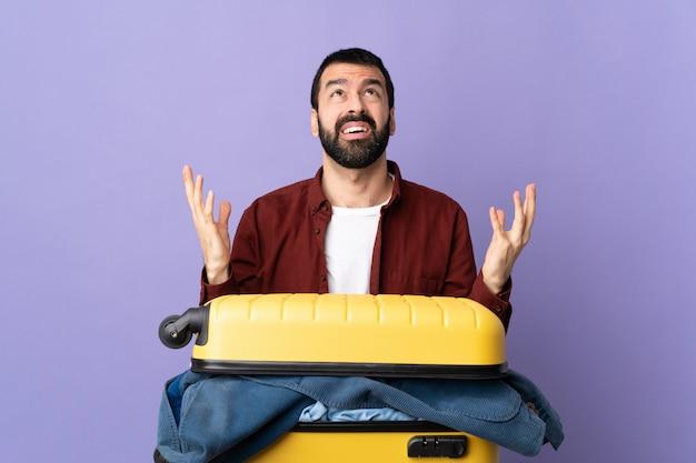 Homem fazendo mala sobre parede isolada