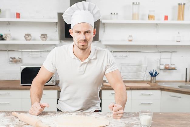 Homem fazendo massa de pizza