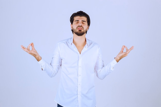Homem fazendo meditação e realxing.