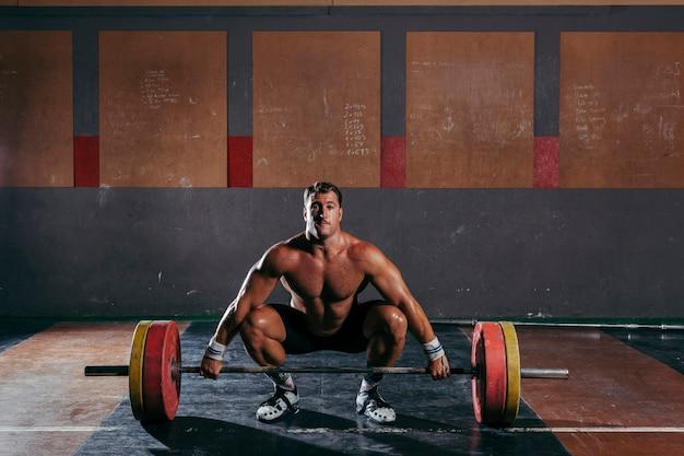 Homem fazendo musculação