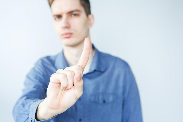 Homem fazendo o sinal de stop. homem com braço estendido. jovem dizendo não