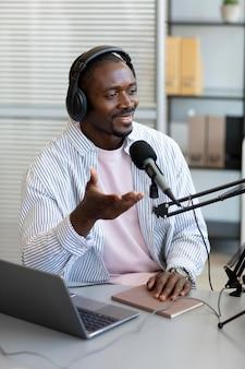 Homem fazendo perguntas em um podcast
