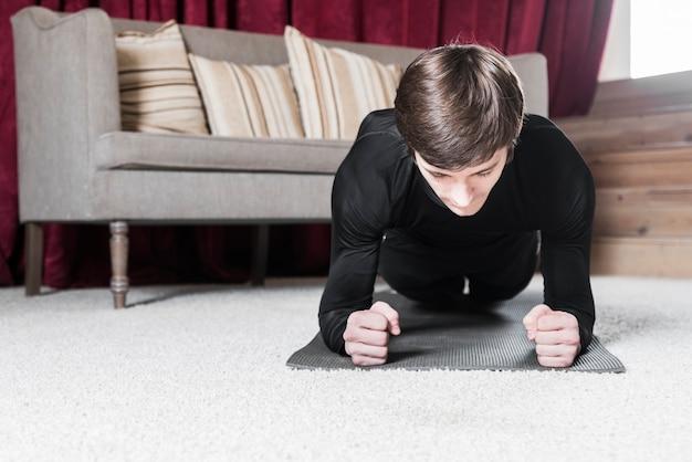 Homem, fazendo, prancha, exercícios, ligado, tapete