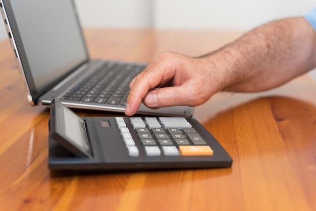 Homem fazendo sua contabilidade, consultor financeiro.