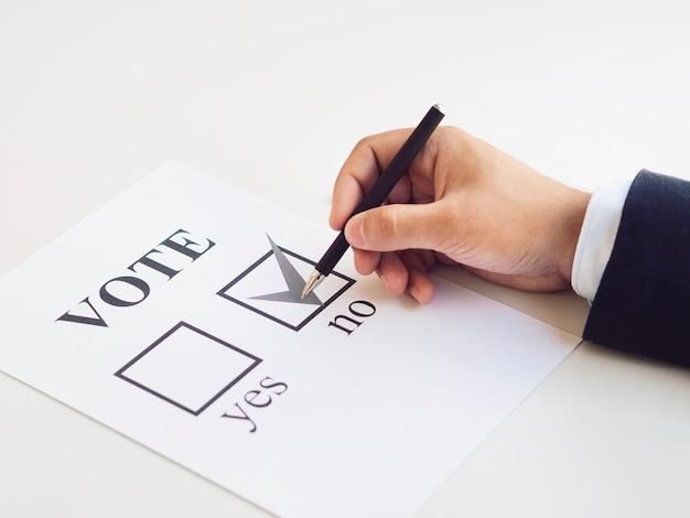 Homem fazendo sua escolha sobre o referendo