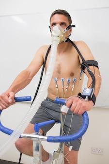 Homem, fazendo, teste aptidão, ligado, bicicleta exercício