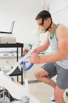 Homem fazendo teste de fitness na bicicleta de exercício