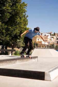 Homem fazendo truque no skate completo