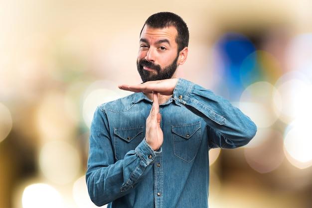 Homem fazendo um gesto de tempo limite