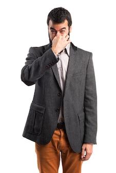 Homem fazendo um mau gesto