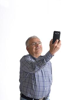 Homem fazendo um retrato com o telefone em branco