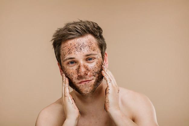 Homem fazendo uma esfoliação facial