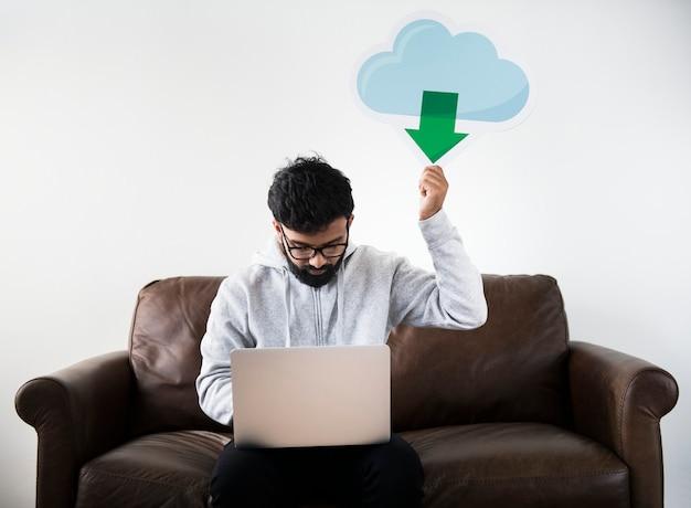 Homem, fazendo upload, dados, de, nuvem, armazenamento