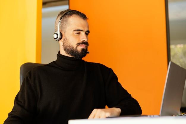 Homem fazendo videochamada para o trabalho