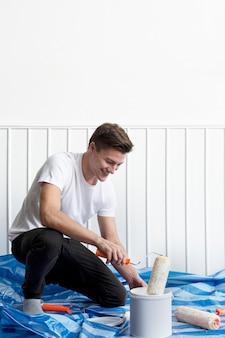 Homem fazendo você mesmo pintando sua própria parede