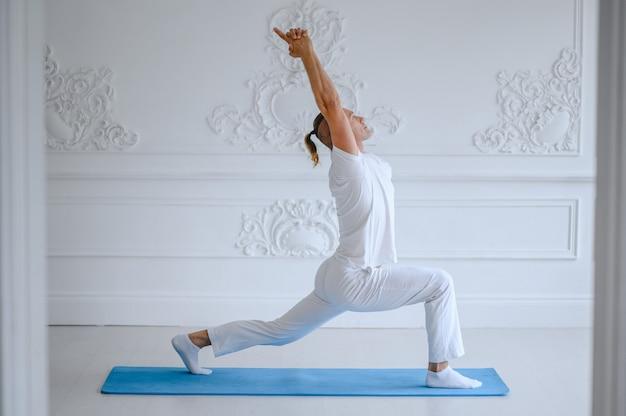 Homem fazendo yoga em casa