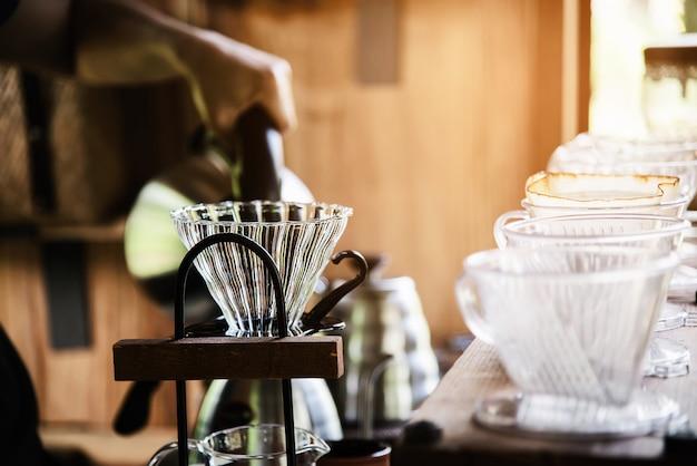 Homem, fazer, gotejamento, café fresco, em, vindima, loja de café