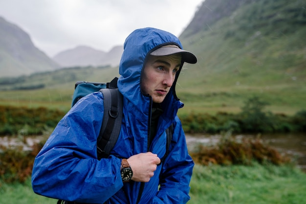 Homem fechando sua jaqueta no frio