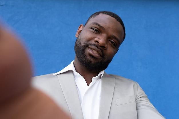 Homem feliz afro-americano tira uma selfie