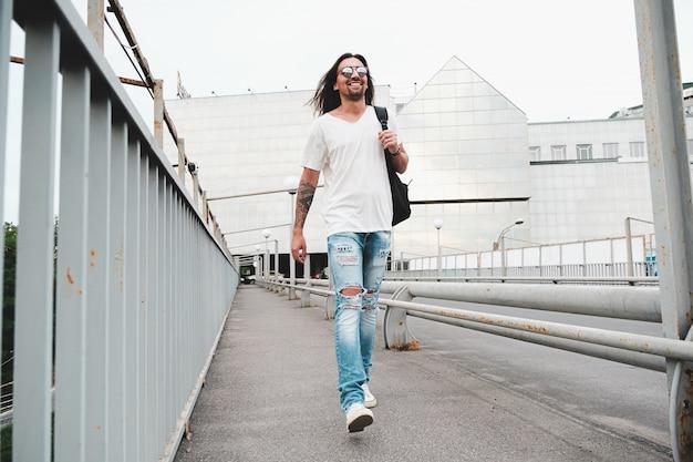 Homem feliz andando na cidade