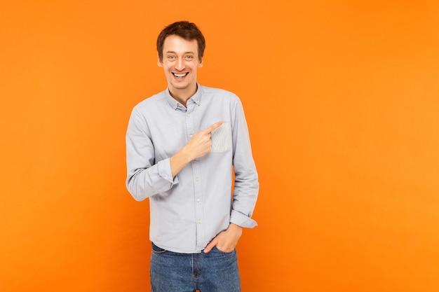 Homem feliz apontando o dedo para o espaço da cópia e sorrindo
