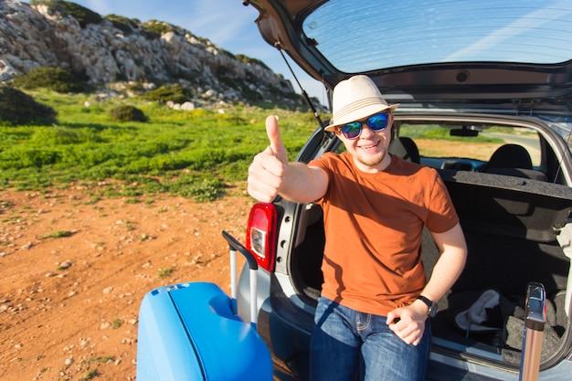 Homem feliz, aproveitando a viagem e as férias de verão. conceito de viagens, férias e pessoas