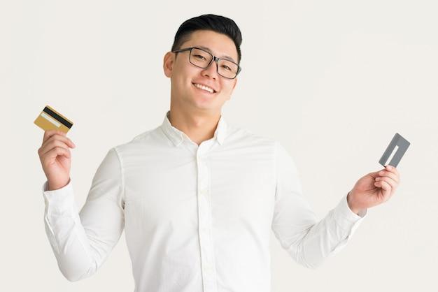Homem feliz, aproveitando as oportunidades com cartões de crédito