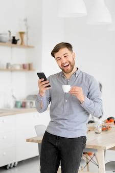 Homem feliz, bebendo café