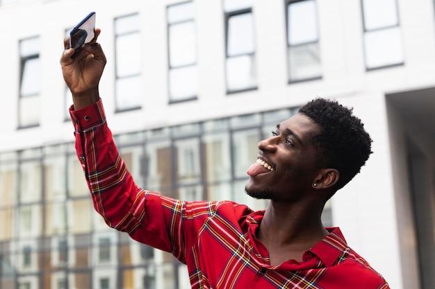 Homem feliz brincando enquanto tira fotos