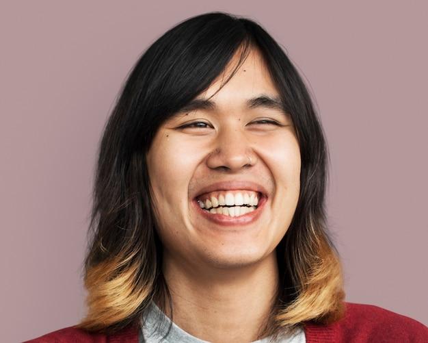 Homem feliz, cabelo comprido, rosto sorridente, fotografia