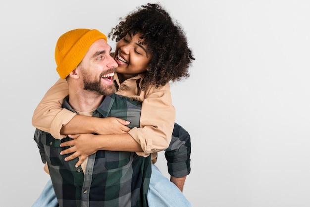 Homem feliz, carregando sua namorada