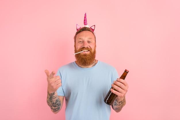 Homem feliz com barba e tatuagens age como a princesa de um conto