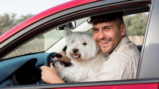 Homem feliz com cachorro em tiro médio