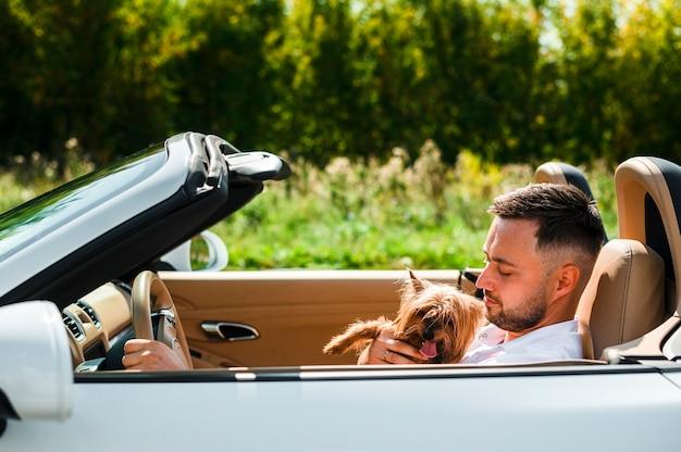 Homem feliz com cachorro viajando