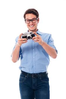 Homem feliz com camera retro